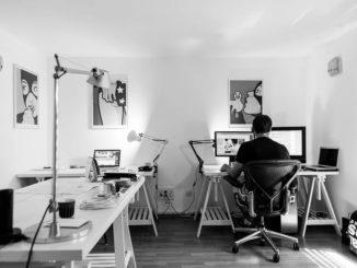 Home-Office: Das tägliche stundenlange Sitzen am Schreibtisch