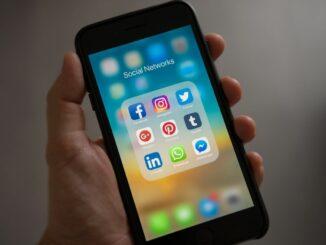 """Es vibriert, es plingt, es piept: Wer in Deutschland ein Smartphone oder Handy nutzt, bekommt durchschnittlich 13 Kurznachrichten pro Tag. Das ist das Ergebnis einer Befragung des Digitalverbands Bitkom unter 1.005 Menschen in Deutschland ab 16 Jahren. Demnach gehen hochgerechnet auf alle über 16-jährigen Handy-/Smartphone-Nutzerinnen und -Nutzer in Deutschland jeden Tag mehr als 810 Millionen Kurznachrichten ein, 300 Milliarden werden es im Gesamtjahr 2021 voraussichtlich werden. Nach Bitkom-Erhebungen besitzen 88 Prozent der über 16-Jährigen ein Smartphone oder herkömmliches Handy – das entspricht rund 61 Millionen Menschen. Nur 11 Prozent von ihnen erhalten weniger als 5 Kurznachrichten pro Tag, 17 Prozent schätzen die Zahl der empfangenen täglichen Nachrichten auf 5 bis 10. 40 Prozent bekommen zwischen 10 und 20 Kurznachrichten täglich, und bei einem Viertel (25 Prozent) sind es sogar mehr als 20. """"Kurznachrichten spielen nicht nur in der privaten Kommunikation eine ganz zentrale Rolle. Insbesondere während der Corona-Pandemie halten viele so den Kontakt zu Freunden und Familienmitgliedern und können so schnell und unkompliziert Grüße, Fotos und auch Videos austauschen"""", sagt Bitkom-Hauptgeschäftsführer Dr. Bernhard Rohleder. Die 16- bis 29-Jährigen stehen mit durchschnittlich 18 empfangenen Kurznachrichten pro Tag an der Spitze. Lediglich 9 Prozent aus dieser Altersgruppe geben an, 10 oder weniger Nachrichten per SMS, Whatsapp, Signal und Co. zu erhalten. Bei 51 Prozent sind es zwischen 10 und 20 und bei einem Drittel (35 Prozent) sogar mehr als 20 Kurznachrichten täglich. Die 30- bis 49-Jährigen erhalten durchschnittlich 15 Kurznachrichten pro Tag, und bei den 50- bis 64-Jährigen geht 11 Mal pro Tag eine SMS oder Messenger-Nachricht ein. Seniorinnen und Senioren über 65 Jahren erhalten am wenigsten Kurznachrichten: Durchschnittlich 9 sind es pro Tag. Übrigens: Das Vorurteil, dass Frauen und Männer ein unterschiedliches Kommunikationsverhalten haben, bestätigt """